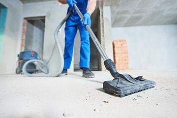 Ein Mitarbeiter von MI.CA Gebäudereinigung bei der Reinigung einer Baustelle in Heidelberg, Mannheim & Rhein-Neckar-Kreis.