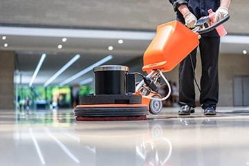 Ein Mitarbeiter von MI.CA Gebäudereinigung bei der Reinigung eines Bodens in Heidelberg, Mannheim & Rhein-Neckar-Kreis.