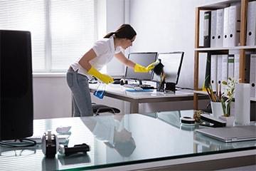 Eine Mitarbeiterin von MI.CA Gebäudereinigung reinigt bei der Unterhaltsreinigung in Heidelberg, Mannheim & Rhein-Neckar-Kreis ein Büro.
